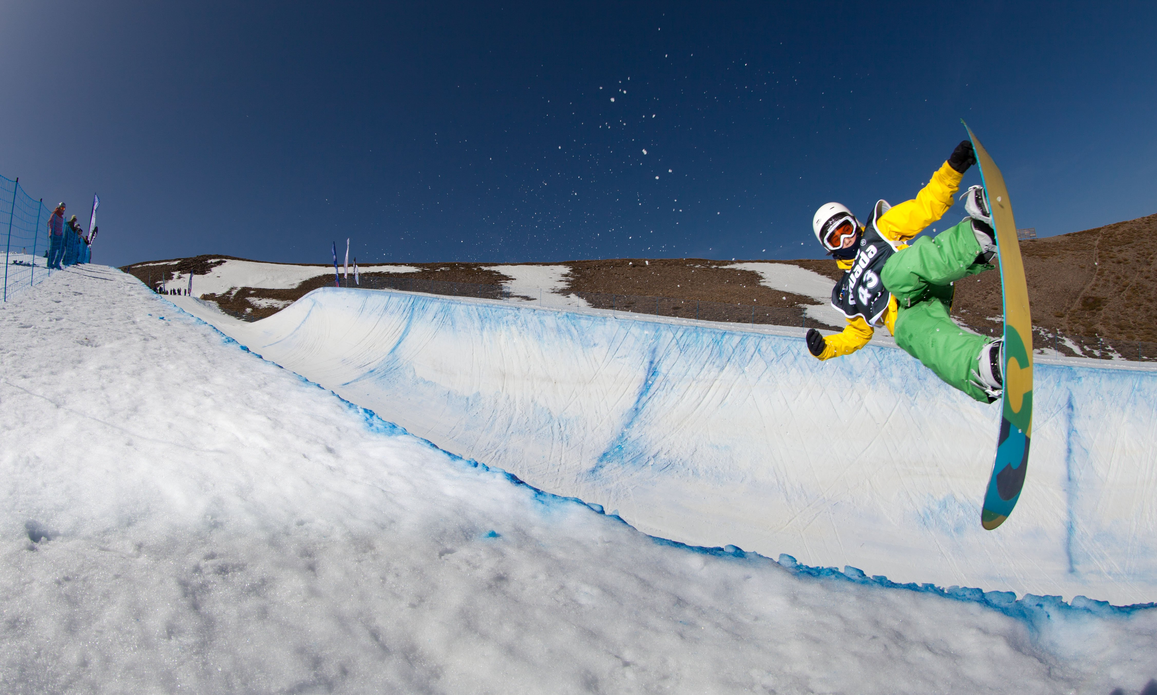 The halfpipe and parallel giant snowboard junior world for Mundial decor international nv